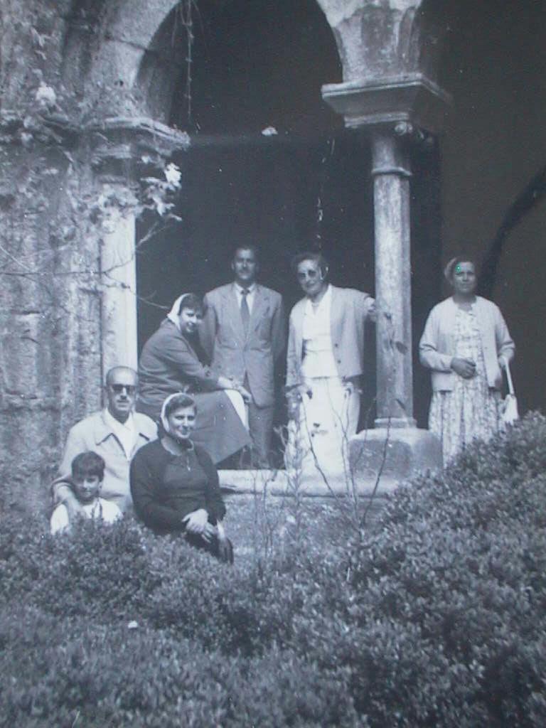 Tio_Angel_y_Elvira_en_el_Claustro_de_la_Catedral_de_Tuy_en_Agosto_1957.JPG